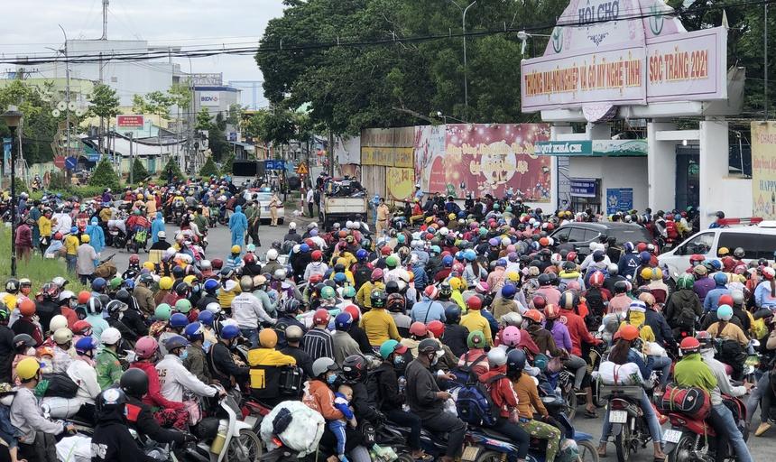 Hàng chục nghìn người từ TP.HCM và các tỉnh thành phía nam đổ xô về Sóc Trăng.