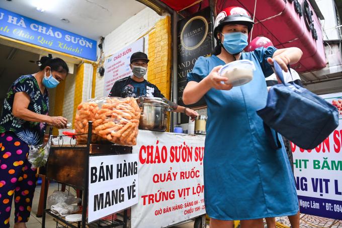 Quán cháo sườn trên phố Ngọc Lâm, quận Long Biên, Hà Nội mở bán mang đi, tháng 9/2021. Ảnh: Giang Huy