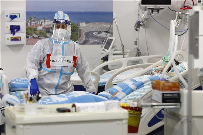 Điều trị cho bệnh nhân nhiễm COVID-19 tại bệnh viện ở Haifa, Israel. Ảnh: AFP/TTXVN