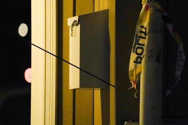 Một mũi tên được nhìn thấy găm trên tường sau các vụ tấn công ở Kongsberg, Na Uy ngày 13/10. Ảnh: Reuters.