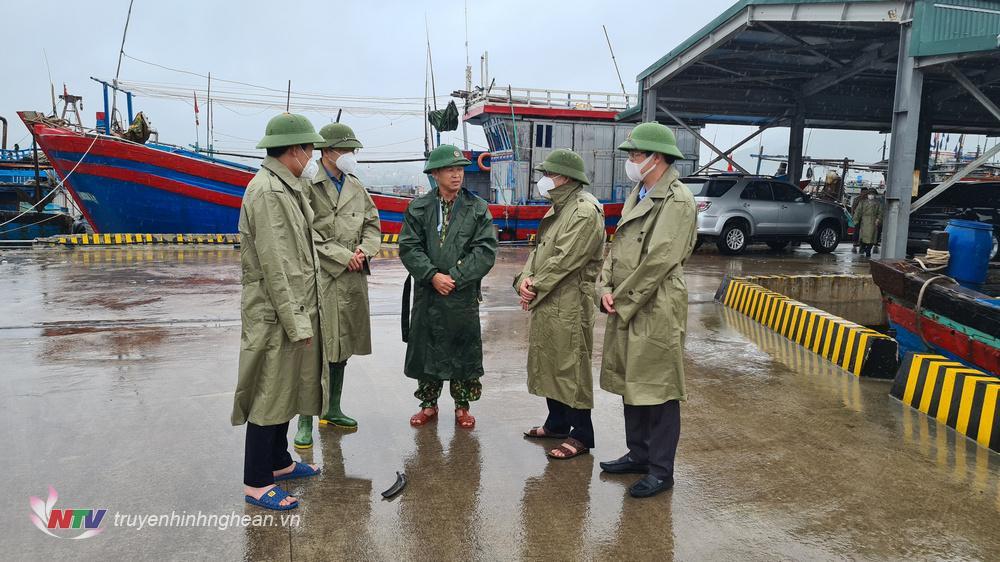 Phó bí thư thường trực Tỉnh ủy Nguyễn Văn Thông kiểm tra nơi neo đậu tàu thuyền tại cảng Quỳnh Phương.