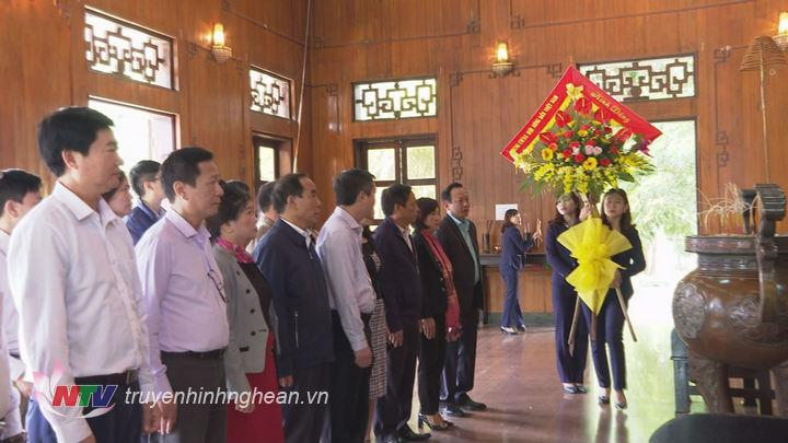 Các đại biểu dâng hoa, dâng hương lên anh linh Chủ tịch Hồ Chí Minh.