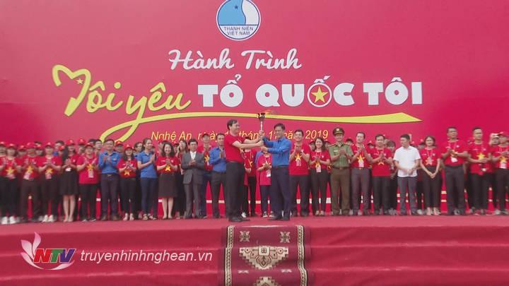 Chủ tịch Hội LHTN tỉnh Nghệ An Chu Đức Thái trao ngọn đuốc hành trình cho Hội LHTN tỉnh Điện Biên.