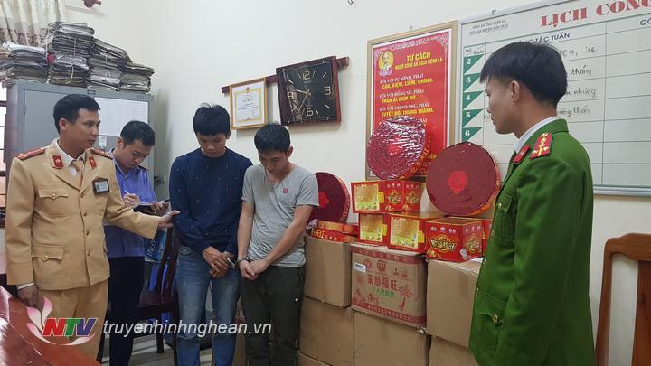 hai đối tượng và tang vật thu giữ được tại Cơ quan điều tra Công an huyện Diễn Châu