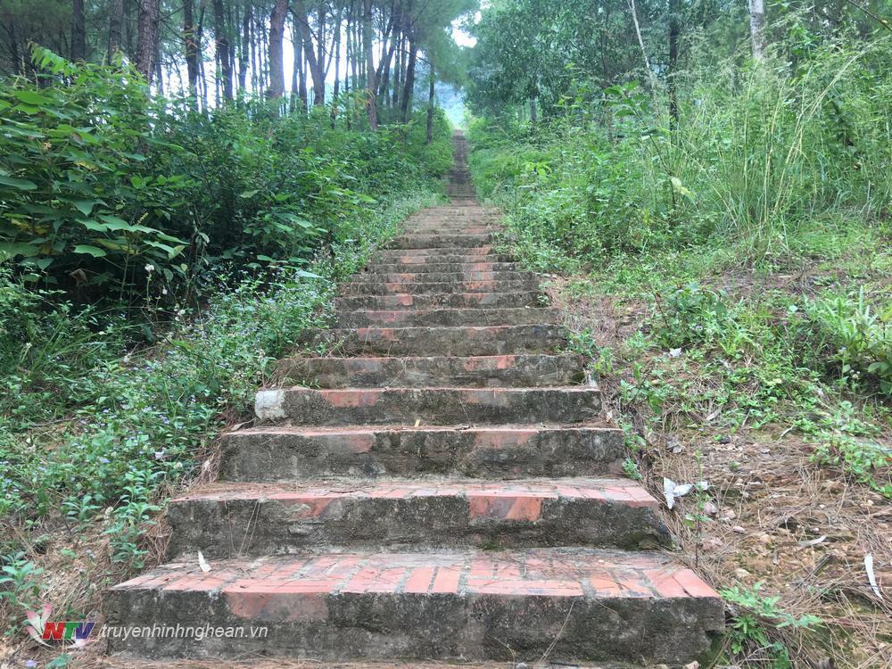 .Đường từ chân núi lên đền với trên 2000 bậc gạch xây.