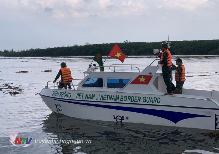 BĐBP tỉnh Nghệ An vận động, hướng dẫn ngư dân neo đậu tàu thuyền tránh trú bão an toàn.