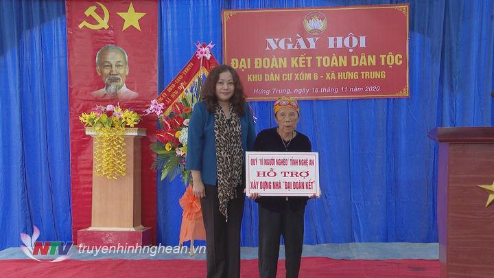 trao nhà Đại đoàn kết cho hộ gia đình bà Nguyễn Thị Huệ ở xóm 9A xã Hưng Trung.