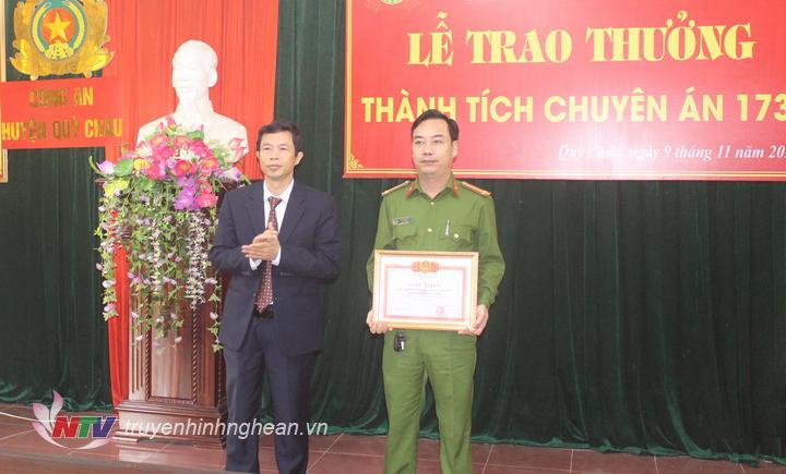 trao tặng giấy khen cho tập thể Đội Hình sự kinh tế ma túy, Công an huyện Quỳ Châu.