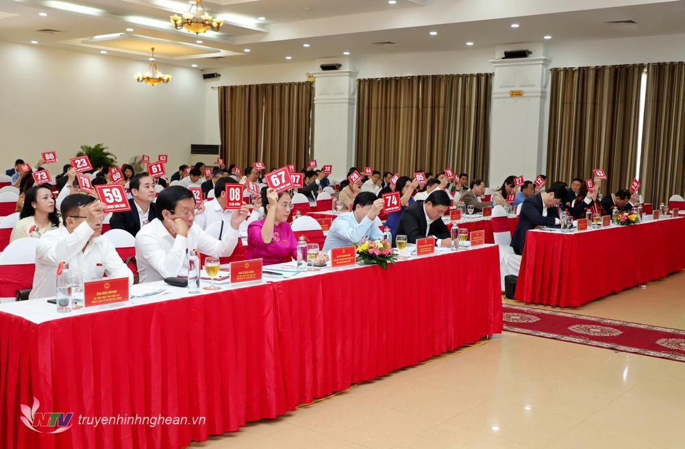 Các đại biểu biểu quyết thông qua Nghị quyết trình kỳ họp.