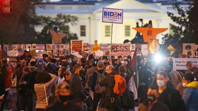Người biểu tình tụ tập, tiến sát Nhà Trắng chờ kết quả bầu cử.