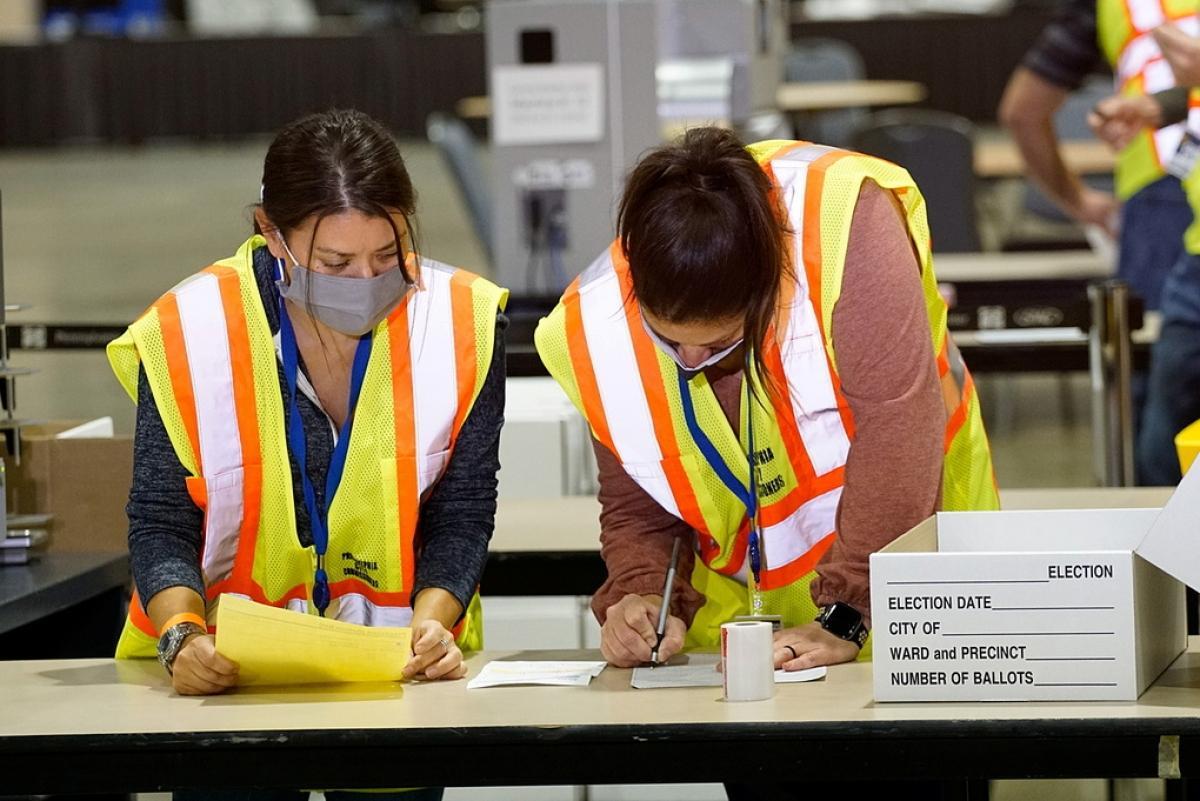 Các nhân viên bầu cử đang đếm phiếu bầu tại Pennsylvania ngày 3/11. Ảnh: Reuters.