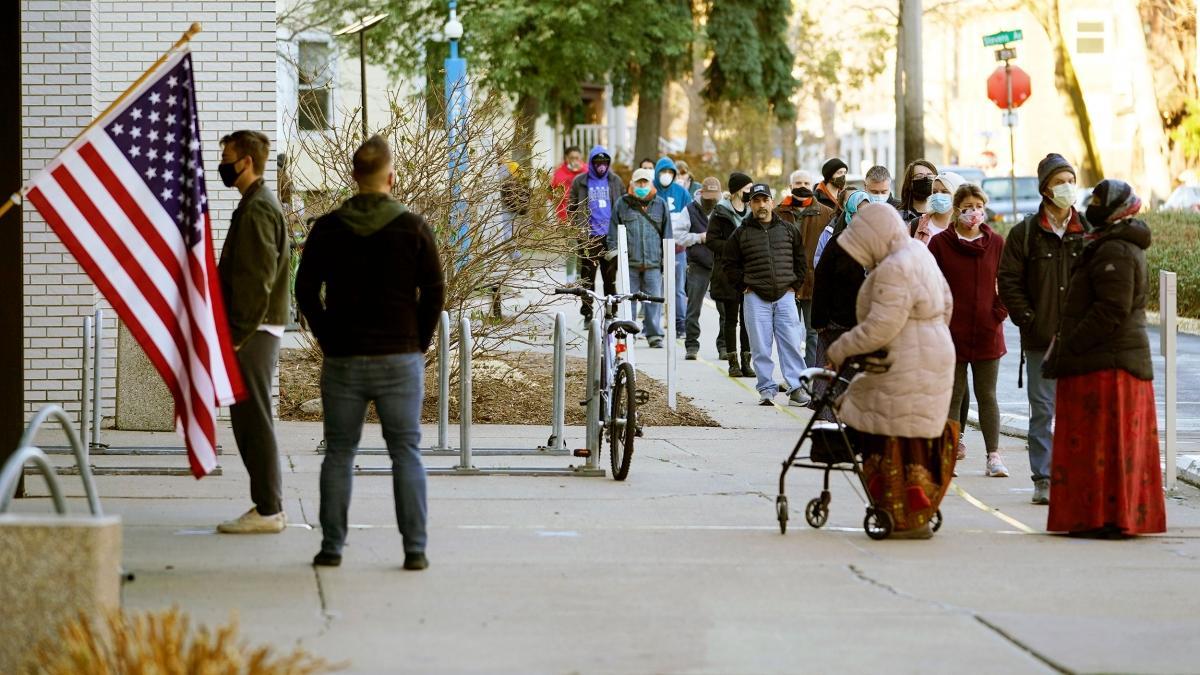 Bên ngoài một điểm bỏ phiếu ở Minnesota. Ảnh: AP.