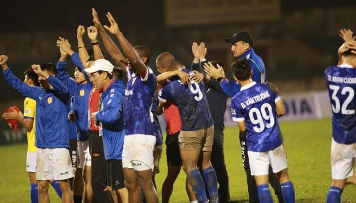 Niềm vui của các cầu thủ Nam Định khi trụ hạng thành công. (Ảnh: Minh Hoàng)