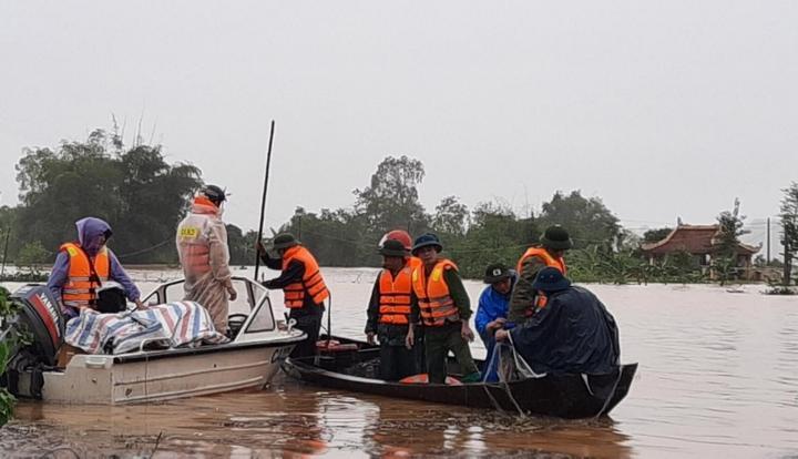 Lực lượng vũ trang tham gia cứu trợ người dân tại Nghệ An.