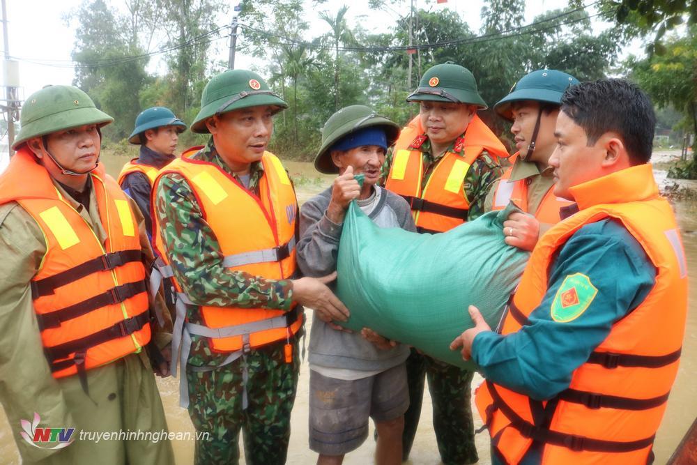 Trung tướng Trần Võ Dũng - Chính ủy Quân khu trao mì tôm và gạo cho nhân dân huyện Thanh Chương bị ngập lụt.