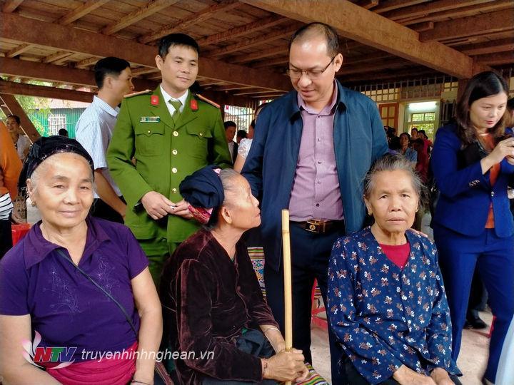 Các đại biểu tham dựngày hội đại đoàn kết toàn dân tại bản Xiềng Tắm.