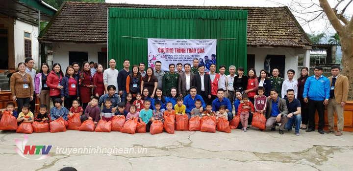 Đoàn trao tặng 444 suất quà cho các em học sinh Mầm non,Tiểu học,THCS Cao Vều xã Phúc Sơn.