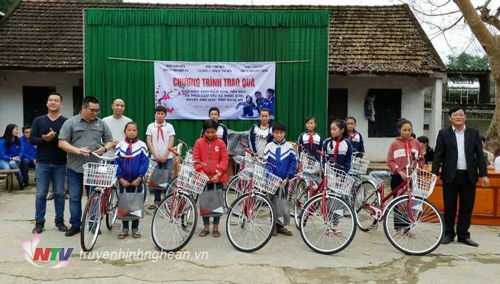 Trao tặng 10 chiếc xe đạp cho học sinh THCS Cao Vều xã Phúc Sơn.