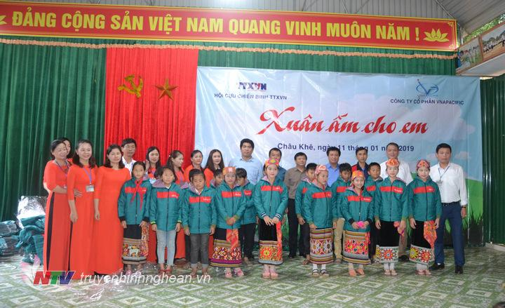 Đoàn đã trao tặng hơn 400 áo ấm cho các em hoc sinh trường TH2 xã Châu Khê.