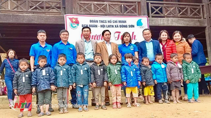 Tặng áo ấm cho các em học sinh trường Mầm Non xã Hữu Kiệm- Kỳ Sơn.