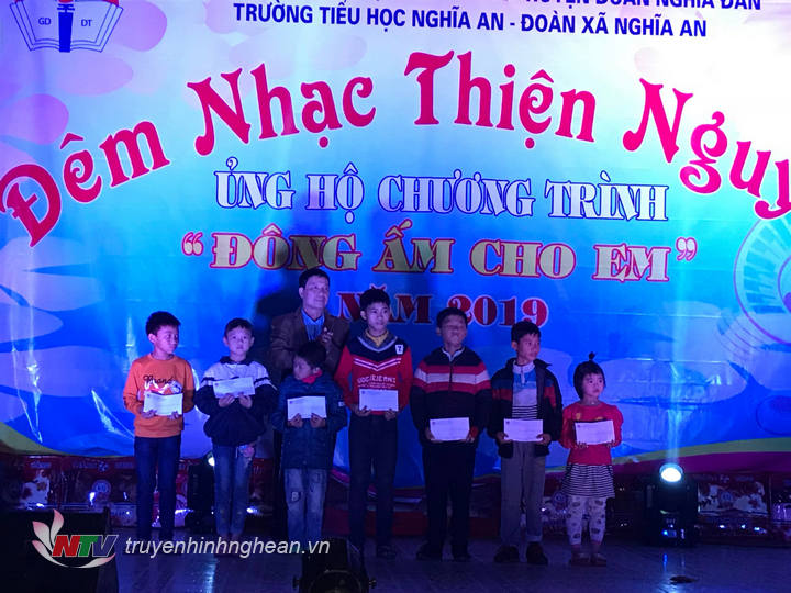 Hội bảo trợ NKT&TMC huyện Nghĩa Đàn trao 8 suất quà, mỗi xuất  500 nghìn đồng cho các em học sinh nghèo vượt khó.