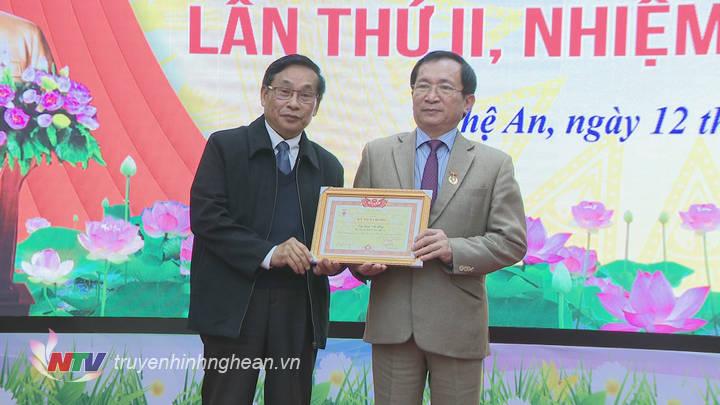 Trao Kỷ niệm chương của Hội làm vườn cho Phó Chủ tịch UBND tỉnh Đinh Viết Hồng.