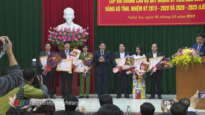 trao Giấy khen cho 6 học viên xuất sắc của lớp học.