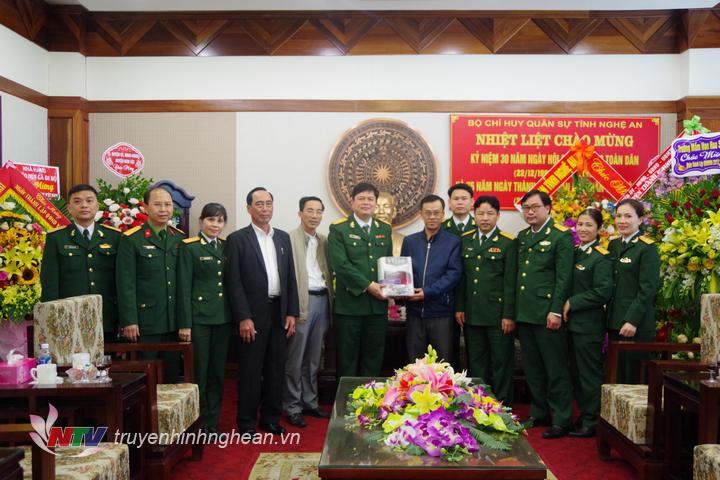 Giáo xứ Bố Sơn tặng quà chúc mừng Bộ CHQS tỉnh nhân ngày thành lập QĐND Việt Nam.