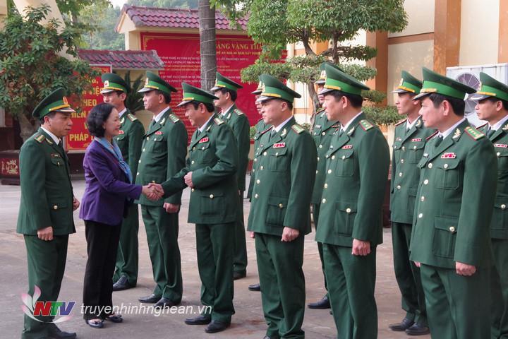 Cán bộ chủ chốt Bộ chỉ huy BĐBP tỉnh Nghệ An đón đồng chí Trương Thị Mai, Ủy viên Bộ Chính trị, Bí thư Trung ương Đảng, Trưởng ban Dân vận Trung ương đến thăm đơn vị
