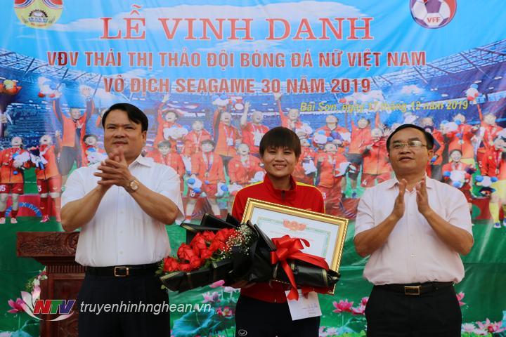 Đồng chí Ngọc Kim Nam – Tỉnh uỷ viên, Bí thư huyện uỷ, Phùng Thành Vinh – Phó bí thư, Chủ tịch UBND huyện tặng hoa và tiền thưởng.