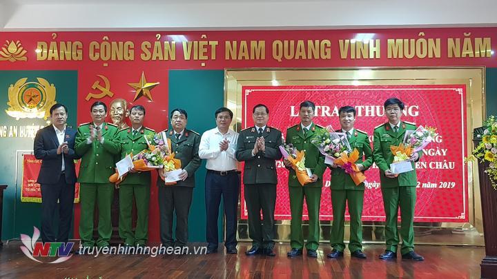 Thiếu tướng Nguyễn Hữu Cầu – giám đốc Công an tỉnh và đại diện lãnh đạo Huyện ủy, UBND huyện Diễn Châu đã trực tiếp trao thưởng cho các lực lượng tham gia phá án.
