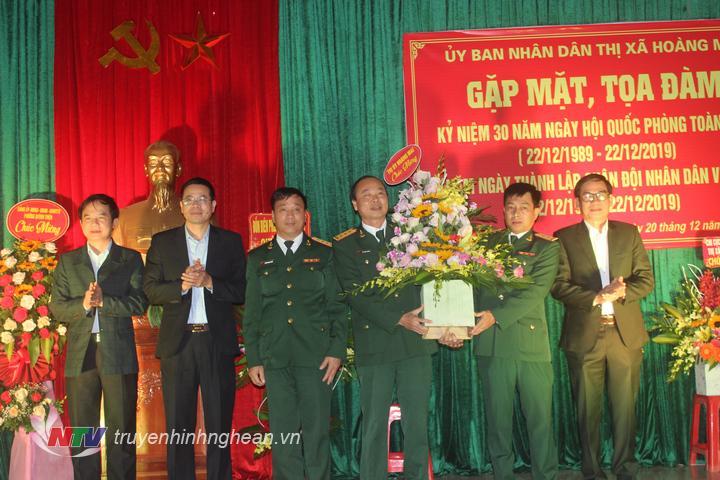Lãnh đạo Thị xã tặng hoa chúc mừng Ban chỉ huy Quân sự Thị xã.