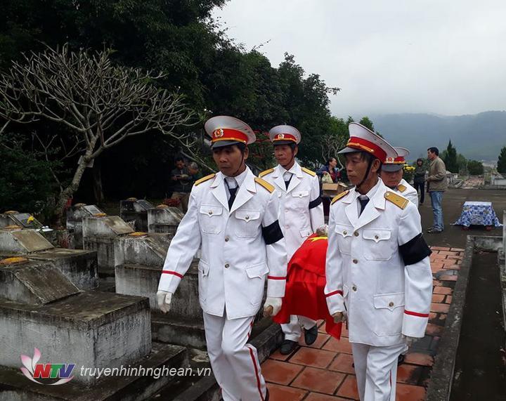 Lễ đón hài cốt liệt sỹ Lê Văn Đạt về nghĩa trang liệt sỹ huyện Nghĩa Đàn.