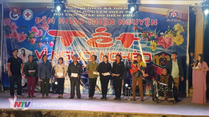 Các công ty cũng đã tặng quà trực tiếp tại đêm diễn cho các gia đình khó khăn.