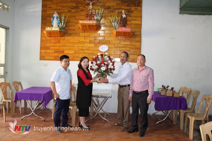 Huyện Quỳ Châu tặng hoa chúc mừng bà con giáo dân nhân dịp lễ Giáng sinh.