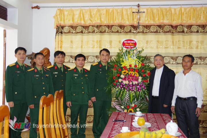 Đoàn cán bộ, chiến sĩ Sư đoàn 324 tặng hoa chúc mừng Trung tâm mục vụ Giáo hạt Bột Đà huyện Đô Lương