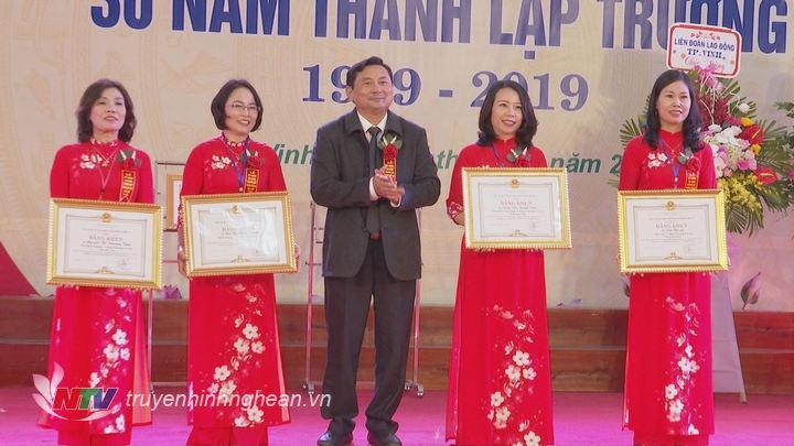 Trao bằng khen của Chủ tịch UBND tỉnh cho 4 cá nhân có thành tích xuất sắc.