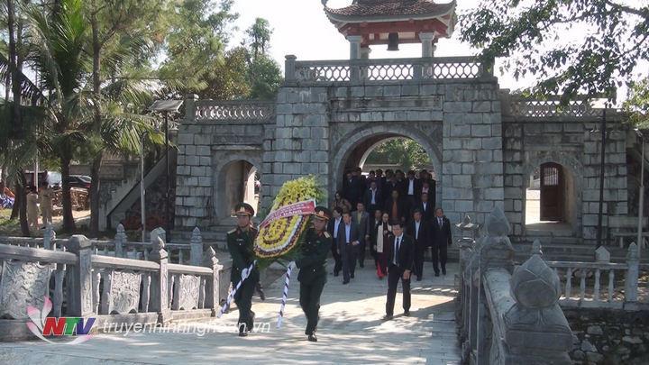 Uỷ ban TW MT Lào xây dựng đất nước dâng hương tại Nghĩa trang liệt sỹ Việt - Lào