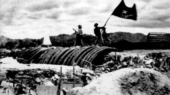 17h30 ngày 7/5/1954, bộ đội Việt Nam vẫy lá cờ chiến thắng trên nóc hầm của chỉ huy lực lượng Pháp, tướng De Castries. Sau thất bại của quân đội Pháp, hội nghị Geneva bắt đầu bàn về vấn đề Đông Dương từ ngày 8/5/1954. (Ảnh Tư liệu)