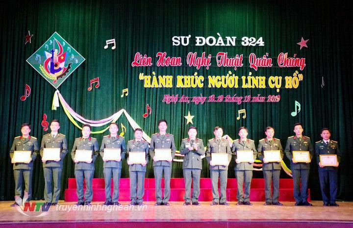 Đồng chí Thượng tá Đoàn Xuân Bường, bí thư đảng ủy, chính ủy Sư đoàn, Thượng tá Hoàng Duy Chiến, phó tham mưu trưởng Sư đoàn tặng cờ lưu niệm cho các đội về tham dự hội diễn