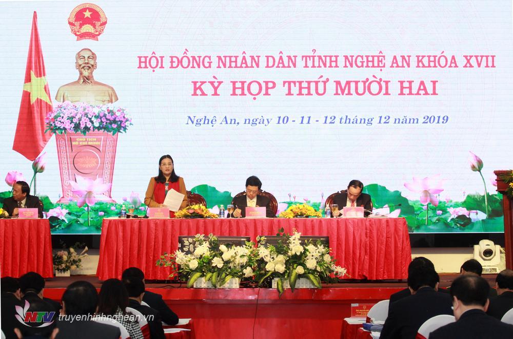 Ông Nguyễn Xuân Sơn - Phó Bí thư Thường trực Tỉnh ủy, Chủ tịch HĐND tỉnh và 2 Phó Chủ tịch HĐND tỉnh: Cao Thị Hiền, Hoàng Viết Đường điều hành kỳ họp.