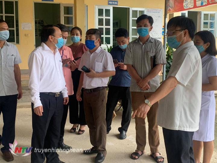 Phó Chủ tịch UBND tỉnh Bùi Đình Long kiểm tra phòng chống dịch Covid-19 tại huyện Quỳ Châu. (Tư liệu)
