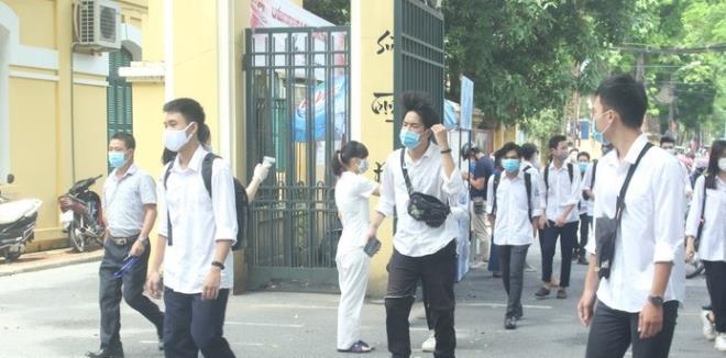 Học sinh, giáo viên tại Hà Nội phải đeo khẩu trang từ nhà đến trường, từ trường về nhà.
