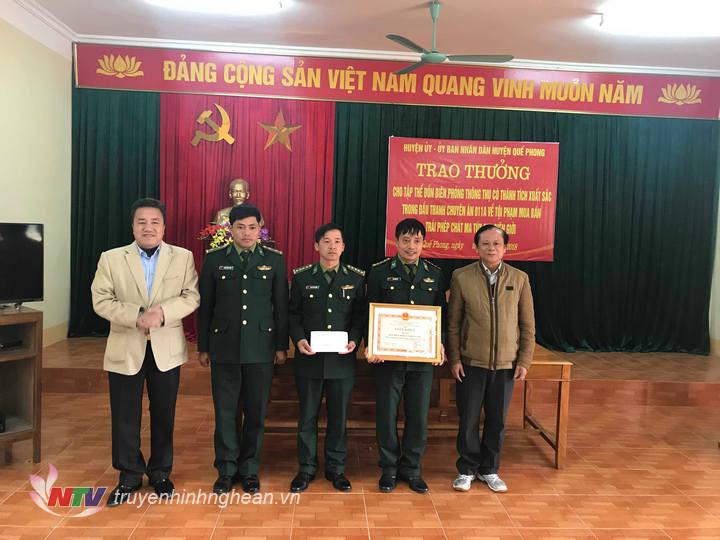 Lãnh đạo huyện Quế Phong trao thưởng cho cán bộ, chiến sỹ đồn BP Thông Thụ