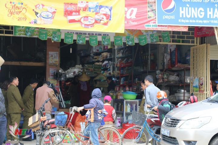 Đây là cửa hàng chuyên kinh doanh bia, rượu, bánh kẹo và nước giải khát đóng chai.
