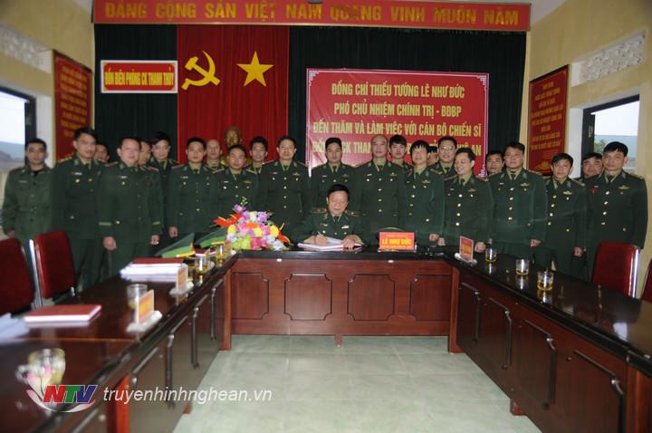 Thiếu tướng Lê Như Đức viết lưu niệm vào sổ vàng truyền thống khi đến thăm Đồn BPCK Thanh Thủy