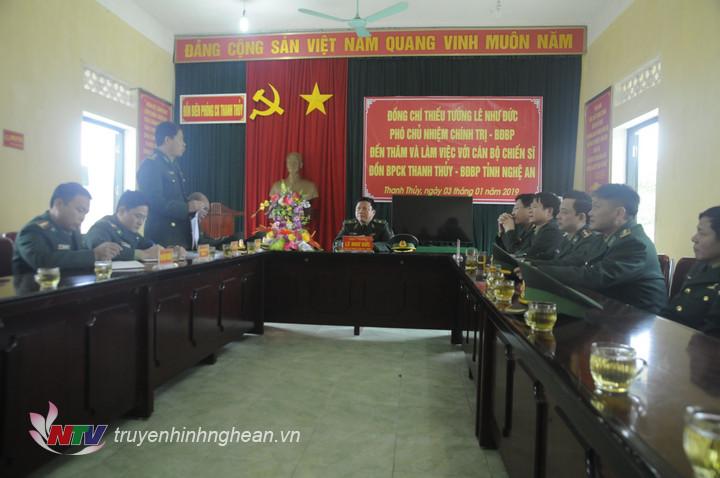 Chỉ huy Đồn BP CK Thanh Thủy báo cáo tình hình với Thiếu tướng Lê Như Đức và đoàn công tác