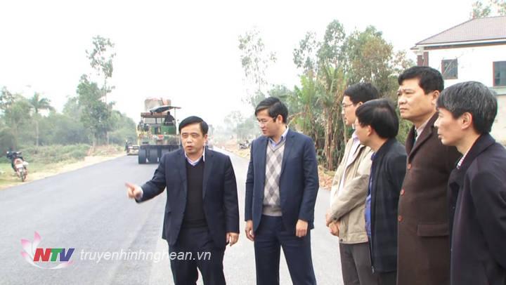 Phó Chủ tịch UBND tỉnh Huỳnh Thanh Điền đi kiểm tra hiện trường.