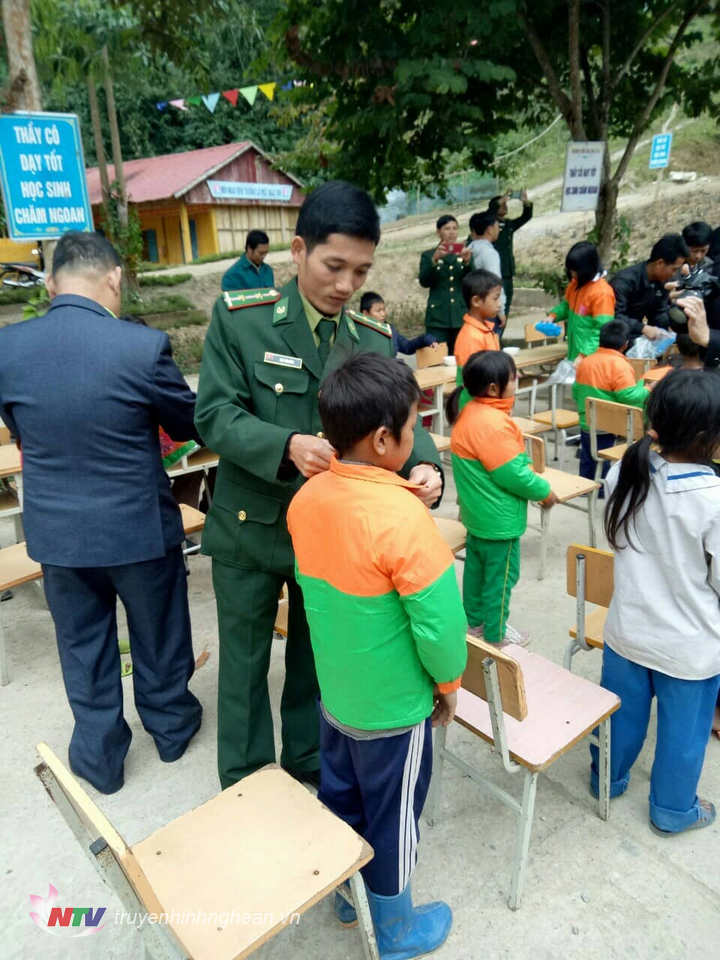 Trao tặng qáo ấm cho học sinh nghèo xã biên giới Bắc Lý.