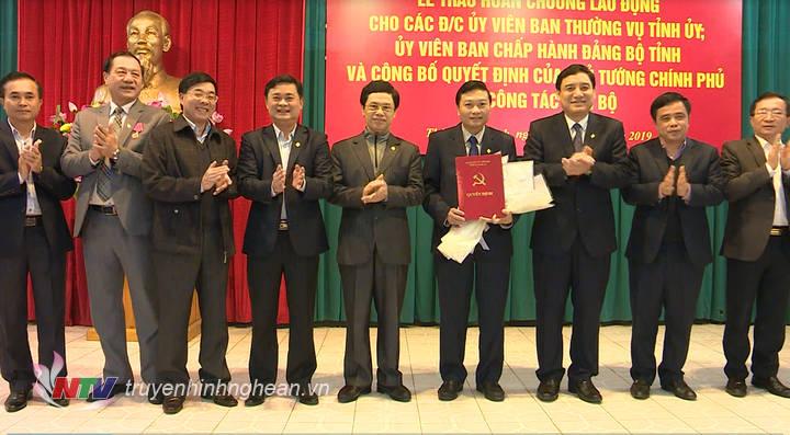 Các đồng chí lãnh đạo tỉnh tặng hoa chúc mừng Phó Chủ tiichj UBND tỉnh Lê Hồng Vinh.